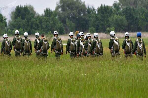 800 American paratroopers land near Russian borders