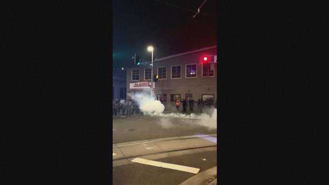 US police fire tear gas at anti-government protesters in Portland